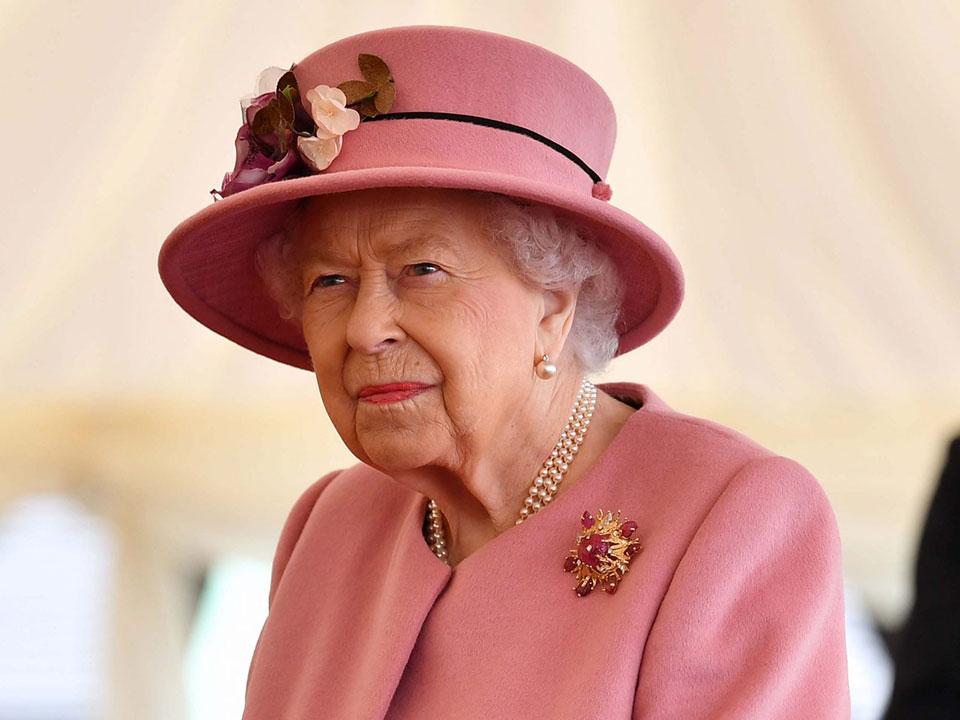 Кралицата Елизабета Втора им се врати на должностите по погребот на принцот Филип- насмеана одржа аудиенција