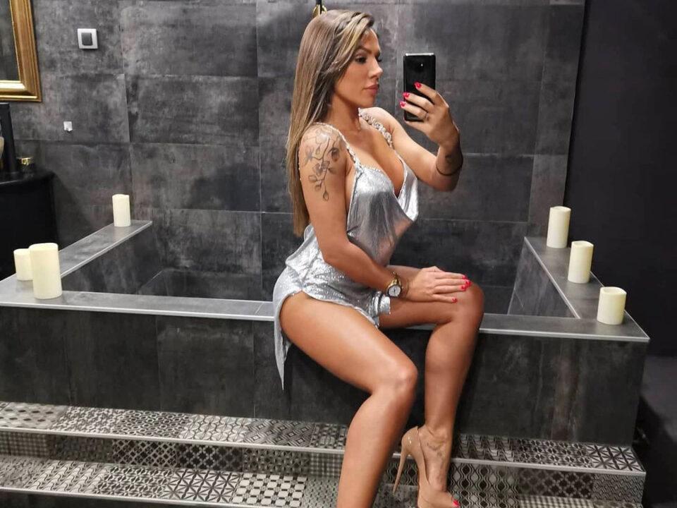 """Сандра Африка објави разголено селфи од бањата: Со погледот во огледалото, со градите """"во лавабото…"""""""